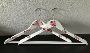 2 Kleiderbügel ❤️ außergewöhnliche Bügel ❤️ weiß ❤️ Serviettentechnik ❤️ Unikat - Rosen - Handarbeit kaufen