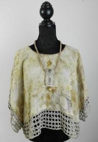 Madame Butterfly mit  eleganter Halskette aus Pflanzen Druck auf Baumwolle