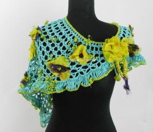 Wunderschöner türkisfarbener  Häkelschal  mit gelbgrünen Blüten in Dreiecksform