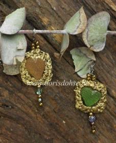Herzförmige  Ohrhänger mit Goldgarn umhäkelt aus farbigem Seeglas