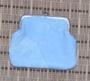 Clipbörse aus Leder, Bügeltasche, Ledertäschchen hellblau-weiß mit Clipverschluss, Handarbeit - Handarbeit kaufen