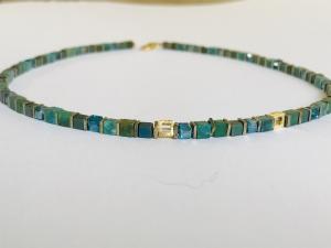 handgefertigtes Collier aus türkis-grünen Edelsteinen Würfel  4 mm mit goldenen Elementen