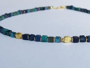 handgefertigtes Collier aus blau-türkis-grünen Edelsteinen Würfel aus Türkis, Azurit Malachit 4 mm mit goldenen Würfeln