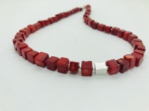 handgefertigte Würfelkette Würfelcollier aus roten Bambuskorallen 8 x 8 mm mit silbernem Würfel - Handarbeit kaufen
