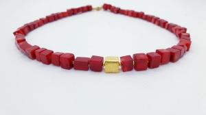 handgefertigte Würfelkette Würfelcollier aus roten Bambuskorallen 8 x 8 mm mit goldenem Würfel
