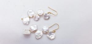 lange auffällige Perlenohrringe aus weißen Keshiperlen mit goldener Brisur - Handarbeit kaufen