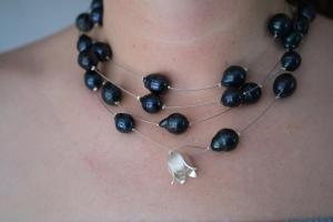 Außergewöhnliche dunkelblaue-schwarze Süßwasserperlenkette als Wickelkette mit Blüte aus 925er Silber - Handarbeit kaufen