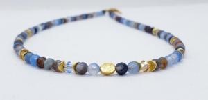 Traumhafte, handgefertigte blau-braun Achatkette Collier, 4 mm rund facettiert mit goldenem Mittelstück und Kristallen - Handarbeit kaufen