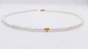 Aparte feine weiße Perlenkette aus weißen Süßwasserperlen mit goldenem Herz  - Handarbeit kaufen