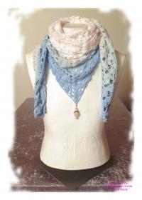 Ausgefallenes Häkeltuch mit Anhänger ♥ Schultertuch ♥ Dreieckstuch ♥ Lacetuch ♥ Einzelstück ♥ Baumwollmischung ♥ Weiß/Blau
