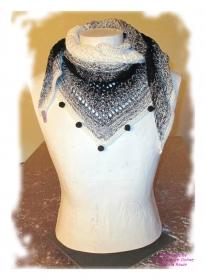 Ausgefallenes Häkeltuch mit Pompons ♥ Schultertuch ♥ Dreieckstuch ♥ Lacetuch ♥ Einzelstück ♥ Baumwollmischung ♥ Schwarz-Weiß