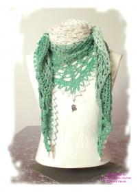 Ausgefallenes Häkeltuch mit Anhänger ♥ Schultertuch ♥ Dreieckstuch ♥ Lacetuch ♥ Einzelstück ♥ Baumwollmischung ♥ Grün und Weiß