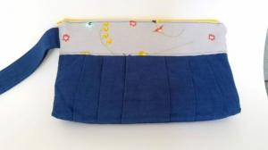 Pochette in blau mit lustiger Passe und gelbem Reißverschluß - Handarbeit kaufen