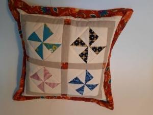 Patchwork-Kissen mit vier Windmühlen in einem Rahmen aus Blumen für Groß und Klein - Handarbeit kaufen