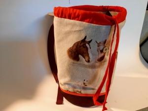 Raffinierter Rucksack mit klassischen Pferdemotiven lässt vor allem Mädchen- und Frauenherzen höher schlagen! - Handarbeit kaufen