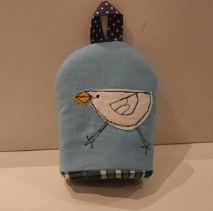 Eierwärmer mit appliziertem Küken auf hellblauem Baumwoll-Stoff mit kleinem Henkel und einem wattierten in Karo gehaltenen Innenstoff - Handarbeit kaufen