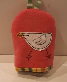 Eierwärmer mit appliziertem Küken auf rotem Baumwoll-Stoff mit kleinem Henkel und einem wattierten in Karo gehaltenen Innenstoff - Handarbeit kaufen