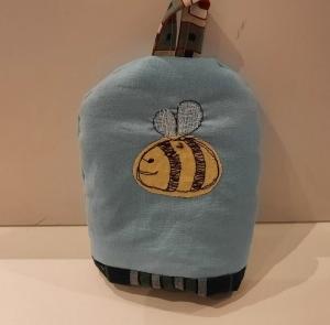 Eierwärmer mit appliziertem Bienchen auf hellblauem Baumwoll-Stoff mit kleinem Henkel und einem wattierten in Karo gehaltenen Innenstoff - Handarbeit kaufen