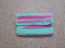Aufbewahrungstäschchen/Mäppchen in pink-lila-türkis-farbenem Streifendesign, gehäkelt und mit Knöpfen