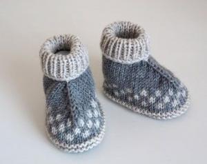 grau beige Babyschuhe, Hüttenschuhe, aus Wolle, von Hand gestrickt, Größe 3-6 Monate, für Jungen und für Mädchen - Handarbeit kaufen