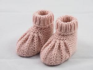 hellrosa Babyschuhe 0-3 Monate gestrickt aus Wolle - Handarbeit kaufen