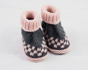 grau rosa Babyschuhe 3-6 Monate gestrickt aus Wolle Hüttenschuhe - Handarbeit kaufen