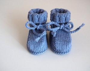 hellblaue Strickschühchen 3-6 Monate aus hochwertiger Wolle