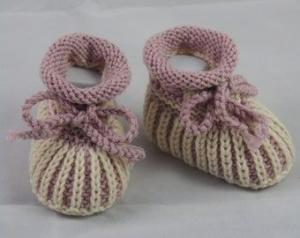 rosé creme gestreifte Babyschuhe 0-3 Monate gestrickt im Patentmuster aus Wolle - Handarbeit kaufen