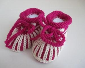 pink weiß gestreifte Babyschuhe 0-3 Monate gestrickt in Patentmuster aus Wolle von Hand gestrickt für kleine Mädchen - Handarbeit kaufen