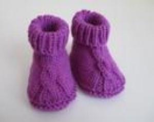 lila Babyschuhe 0-3 Monate mit Zopfmuster aus Wolle gestrickt kaufen - Handarbeit kaufen