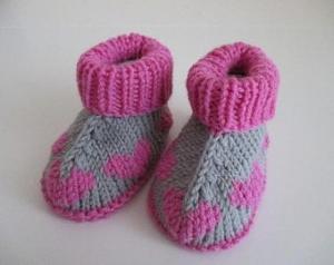 Babyschuhe mit Herzmuster 3-6 Monate grau pink aus hochwertiger Wolle von Hand gestrickt kaufen - Handarbeit kaufen