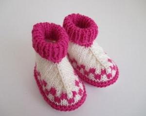 natur pink gemusterte Babyschuhe 0-3 Monate gestrickt - Handarbeit kaufen