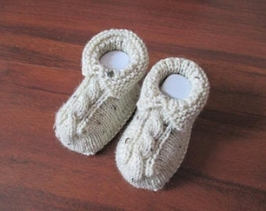 beige melierte Babyschuhe 3-6 Monate gestrickt mit Zopf - Handarbeit kaufen