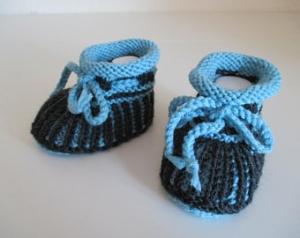 türkis dunkelgraue Babyschuhe 3-6 Monate im Patentmuster gestrickt aus Wolle - Handarbeit kaufen