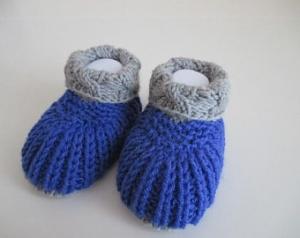 blau graue Babyschuhe 0-3 Monate gestrickt aus Wolle