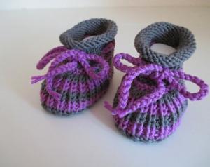 lila grau gestreifte Babyschuhe 3-6 Monate gestrickt aus Wolle in Patentmuster - Handarbeit kaufen