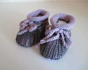 rosé graue Babyschuhe 3-6 Monate gestrickt aus Wolle in Patentmuster - Handarbeit kaufen