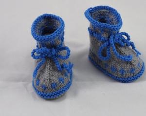 grau blaue Babyschuhe aus Babygarn gestrickt 3-6 Monate - Handarbeit kaufen