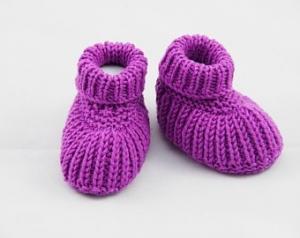 lila Babyschuhe 3-6 Monate Booties gestrickt aus Wolle - Handarbeit kaufen