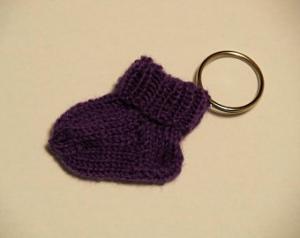violetter Schlüsselanhänger Minisocke - Handarbeit kaufen