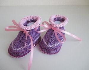 lila Babyschuhe gestrickt mit Bändchen 3-6 Monate