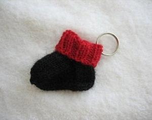 rot schwarzer Schlüsselanhänger Minisocke gestrickt - Handarbeit kaufen