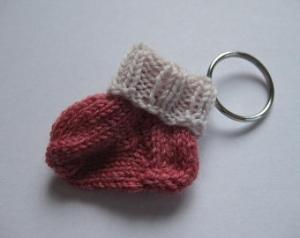 Schlüsselanhänger Minisocke hellrot beige aus Wolle von Hand gestrickt - Handarbeit kaufen