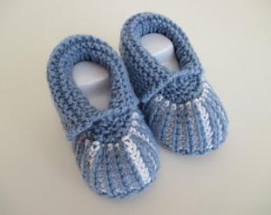 hellblau weiße Babyschuhe Strickschuhe 0-3 Monate aus Babygarn gestrickt - Handarbeit kaufen