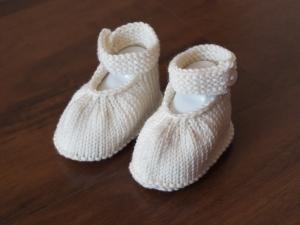 handgestrickte Babyschühchen wollweiß mit Riemchen Größe 0-3 Monate aus Wolle - Handarbeit kaufen