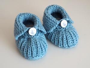 hellblaue Babyschuhe 0-3 Monate glitzernd aus Babygarn mit Einhorn - Handarbeit kaufen