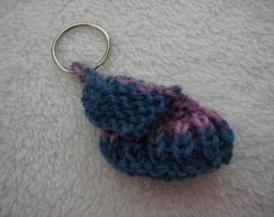 Schlüsselanhänger Minischuh gestrickt blau, rosé kaufen - Handarbeit kaufen