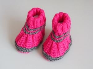grau pinke Babyschuhe 3-6 Monate aus Babygarn von Hand gestrickt - Handarbeit kaufen