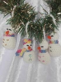 4 Kleine gehäkelte Schneemänner - Handarbeit kaufen