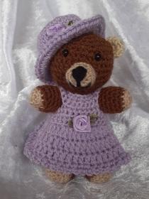 Kleiner Häkelteddy ca. 13,5 cm mit Fliederfarbenem Kleid - Handarbeit kaufen